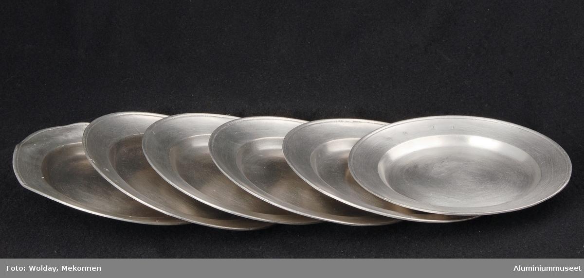 """Ble benyttet i Nordisk Aluminiumindustris representasjonsbolig kalt """"Messa"""". En av tallerknene er bulket. Påskriften på baksiden er uleselig."""