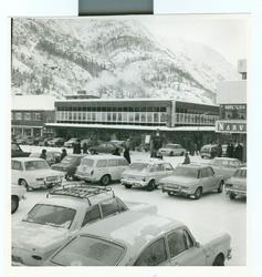Torvet i Mosjøen 11.mars 1971. Biler er parkert både på torv