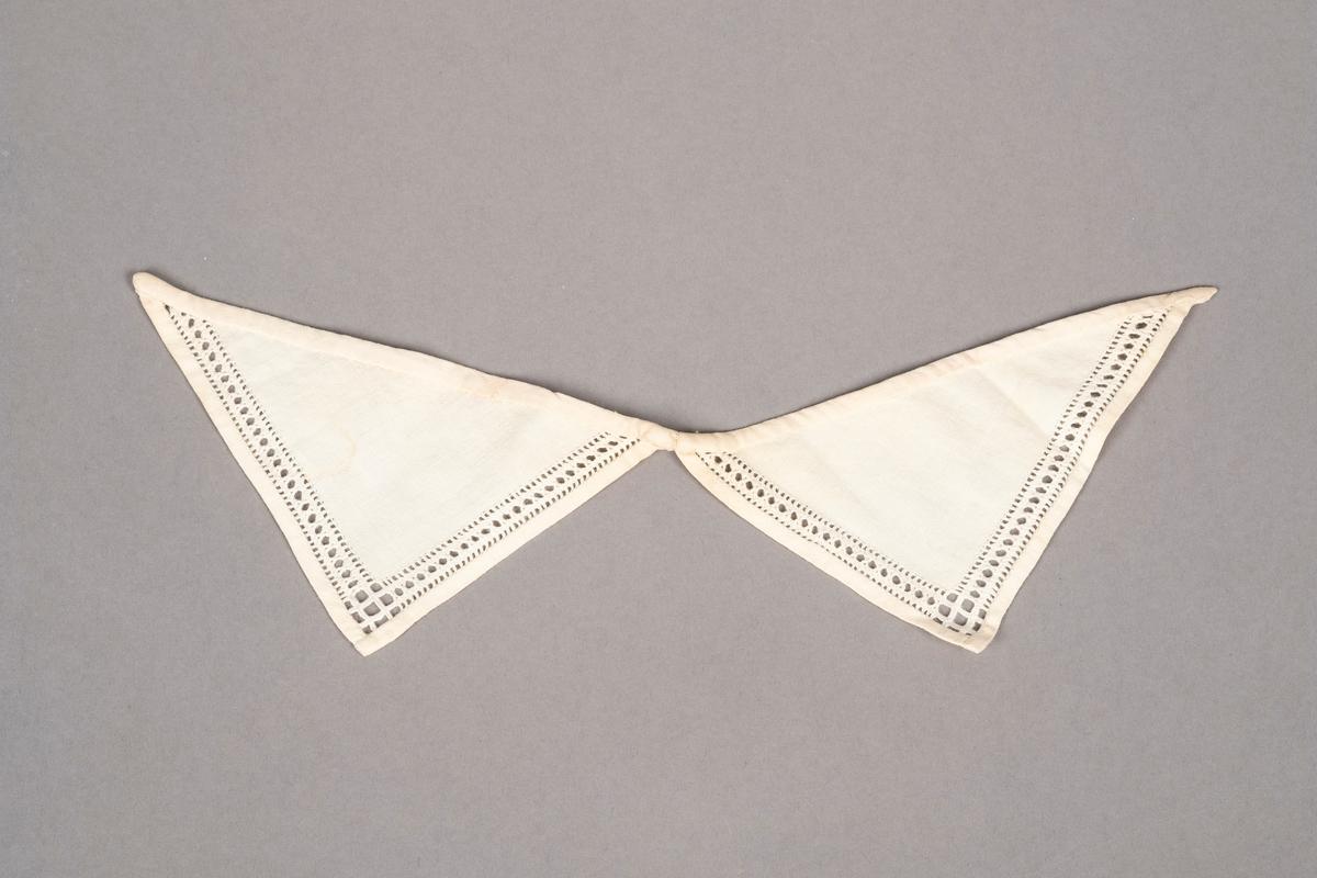 Trekantformede kragepynt. Pyntekantene på kragen er laget med sammentrekksøm. Kragen er sydd på hånd.