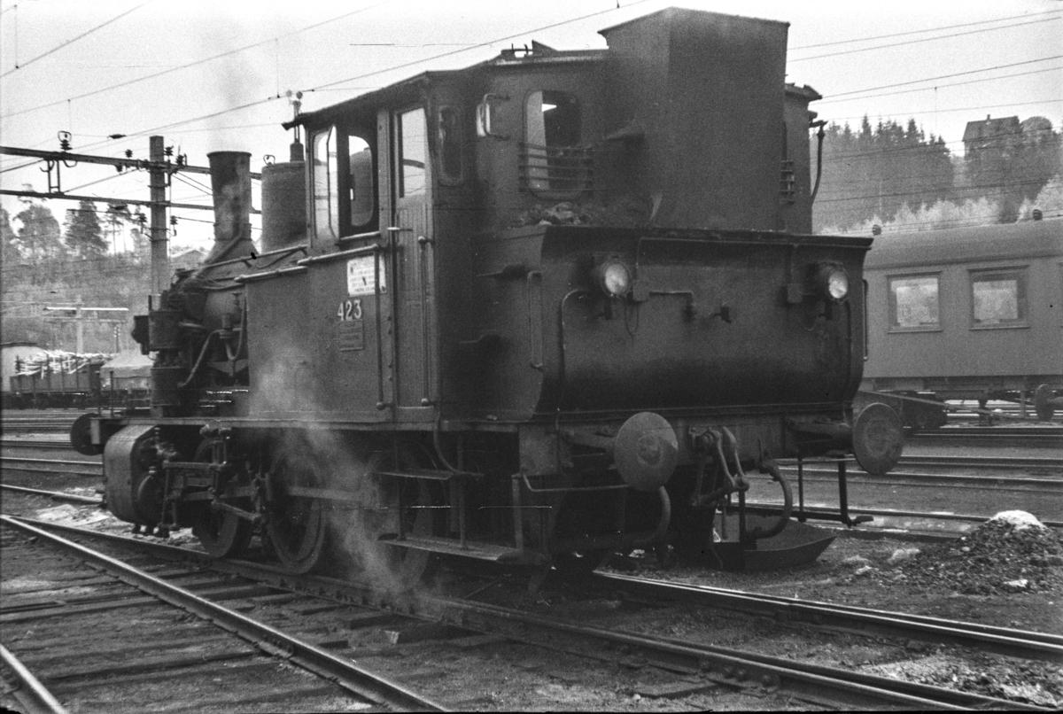 Damplokomotiv type 25d nr. 423 i skiftetjeneste på Hønefoss stasjon.