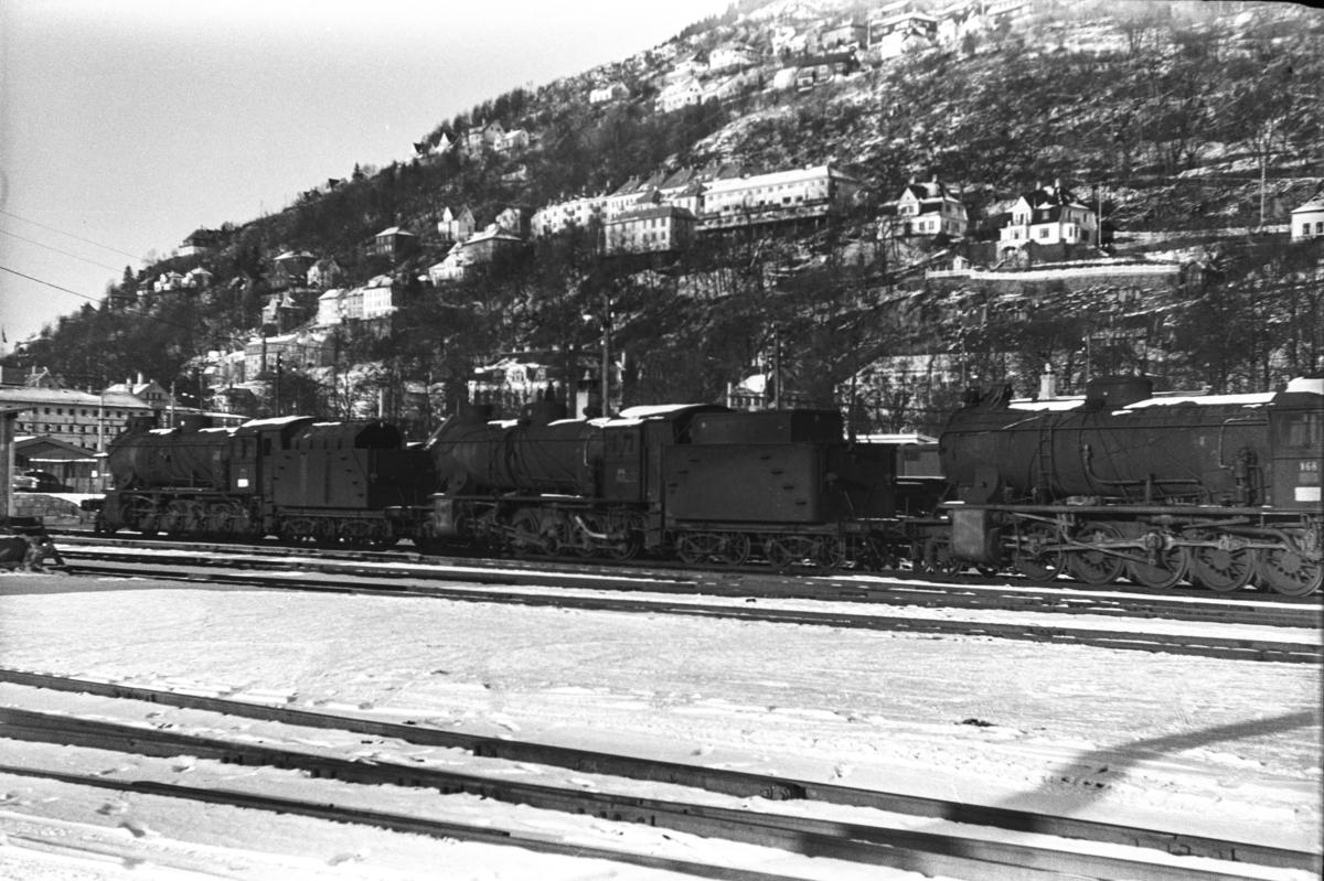 Utrangerte damplokomotiver type 39a på Bergen stasjon, fra høyre nr. 168, 170 og 166.
