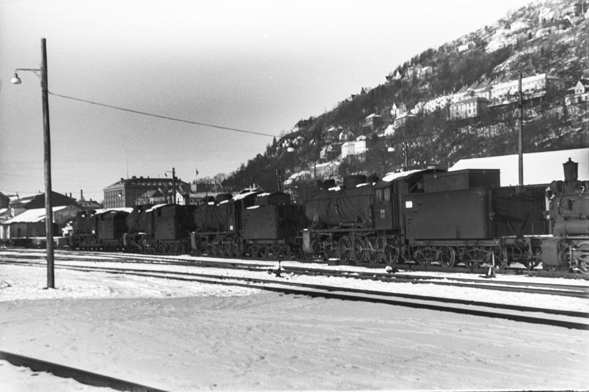 Utrangerte damplokomotiver type 39a på Bergen stasjon, fra venstre nr. 166, 170, 168 og 309. Helt til høyre type 25d nr. 425.