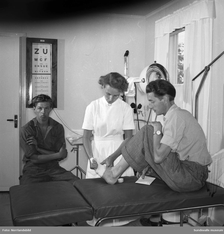 Bilder från verksamheten på sjukstugan vid Östrandsfabriken, personal och patienter.