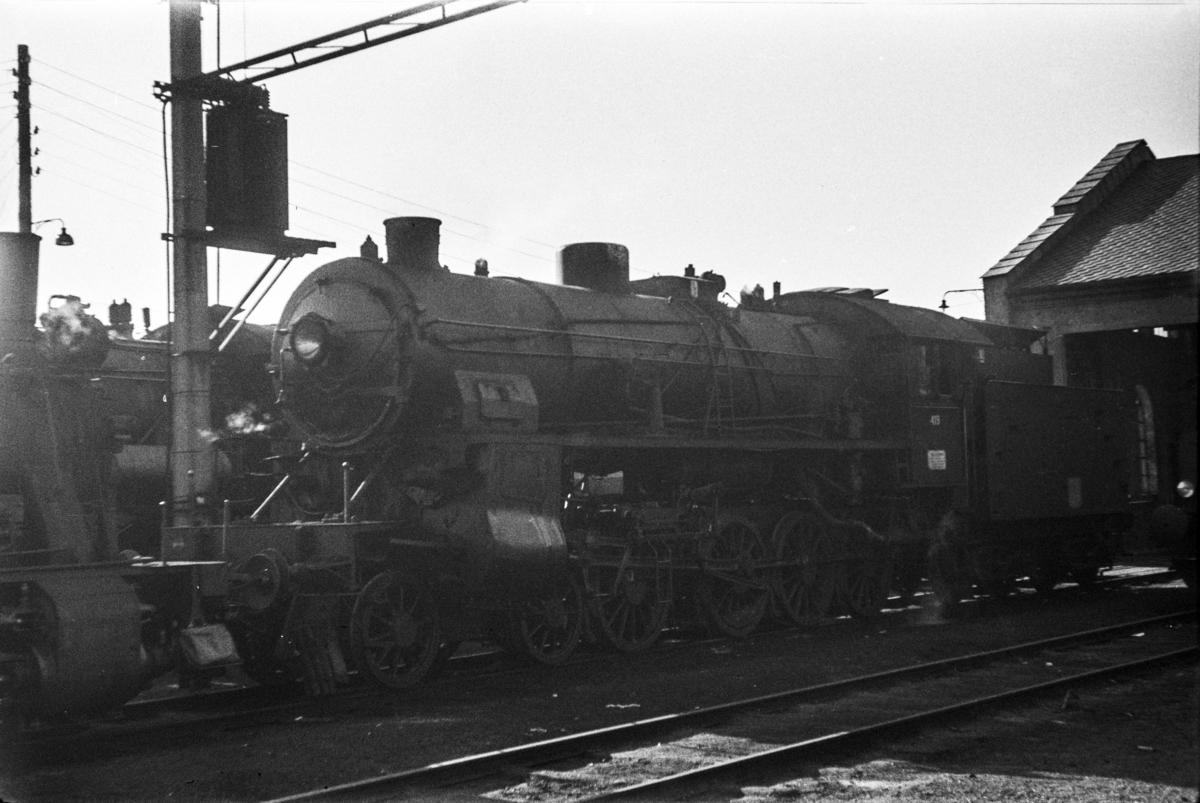 Damplokomotiv type 31b nr. 419 utenfor lokomotivstallen på Bergen stasjon.