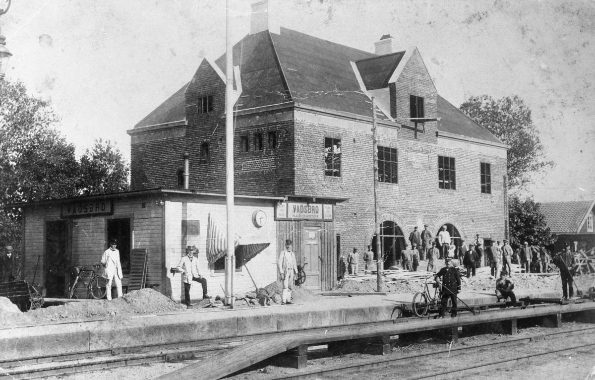 Vadsbros stationshus under byggnad; den mindre fungerar tillfälligt som provisorisk station under tiden