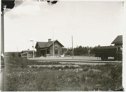 Stationen öppnad 1927 som bispår till Via tjärindustri. Envå