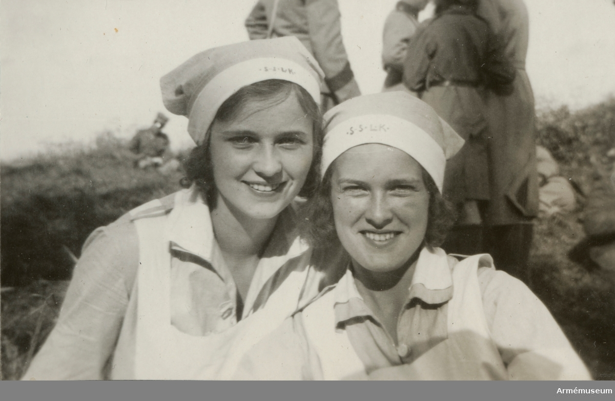 Fotoalbum från 1930-1943 med bilder på lottor, landstormsmän och soldater.