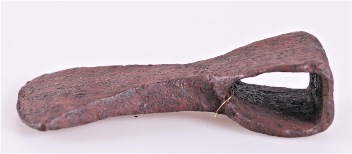 Øks av jern fra middelalderen