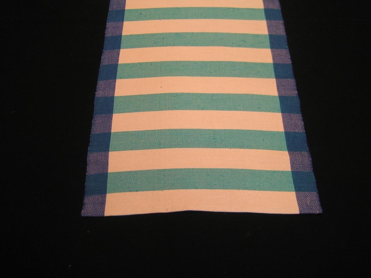 """Löpare Ribba i tre färgställningar Vit/röd/svart, Vit/turkos/blå, Vit/beige. Vävd i 8 skaft dräll varpat med  med 4,5 cm breda ränder i kanterna i svart, blått respektive beige och vitt mittparti, De är vävda med inslag av vitt  och rött, turkos respektive beige med 4,7 cm breda ränder. Material är bomull-lin i både varp och inslag. På den vit/röd/svarta är en lapp påsatt med texten: """"Löpare Ribba Material: bomull-lin, 8 sk dräll, 1,38m och på andra sidan LÄNSHEMSLÖJDEN SKARABORG SKÖVDE-LIDKÖPING."""