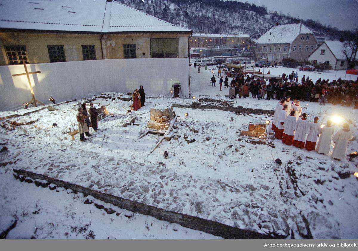 Gamlebyen. Aftengudstjeneste ved Clemenskirkens ruiner. 29. november 1996