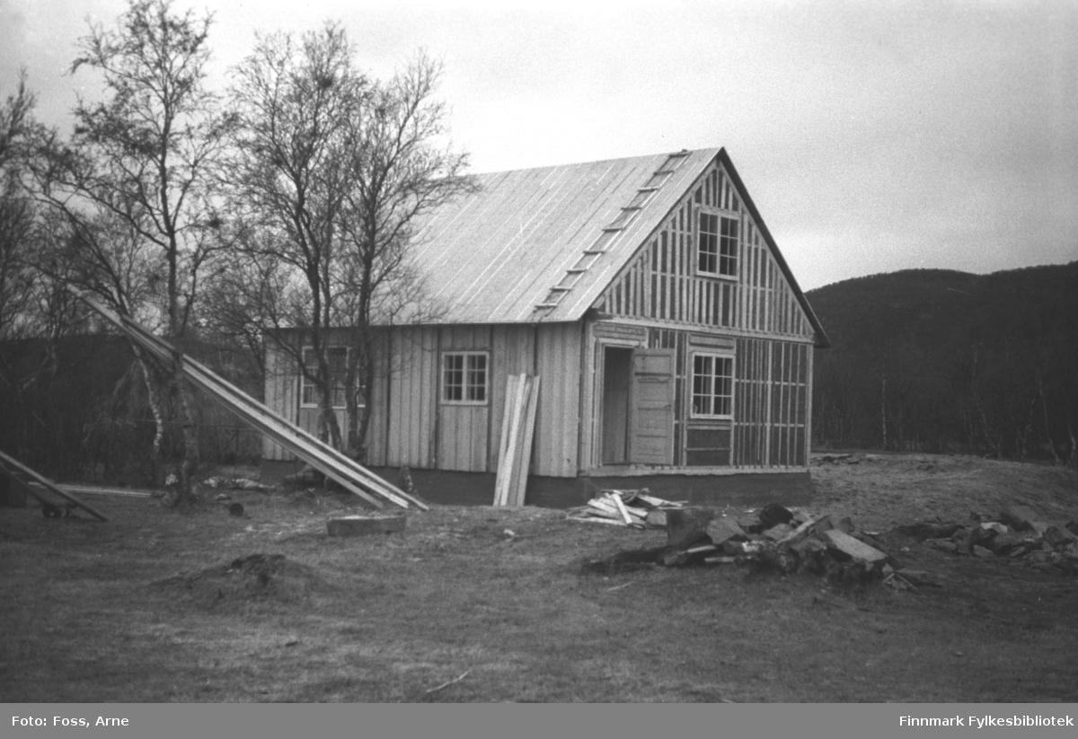 Et gjenreisningshus er nesten ferdig, en del av panelering gjenstår. Bildet er tatt i Tanadalen i oktober 1946.