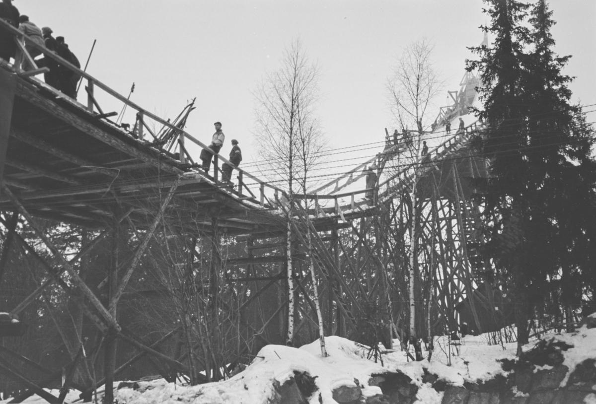 Holmenkollrennet 1939. Første hopper i setter utfor ovarennet.