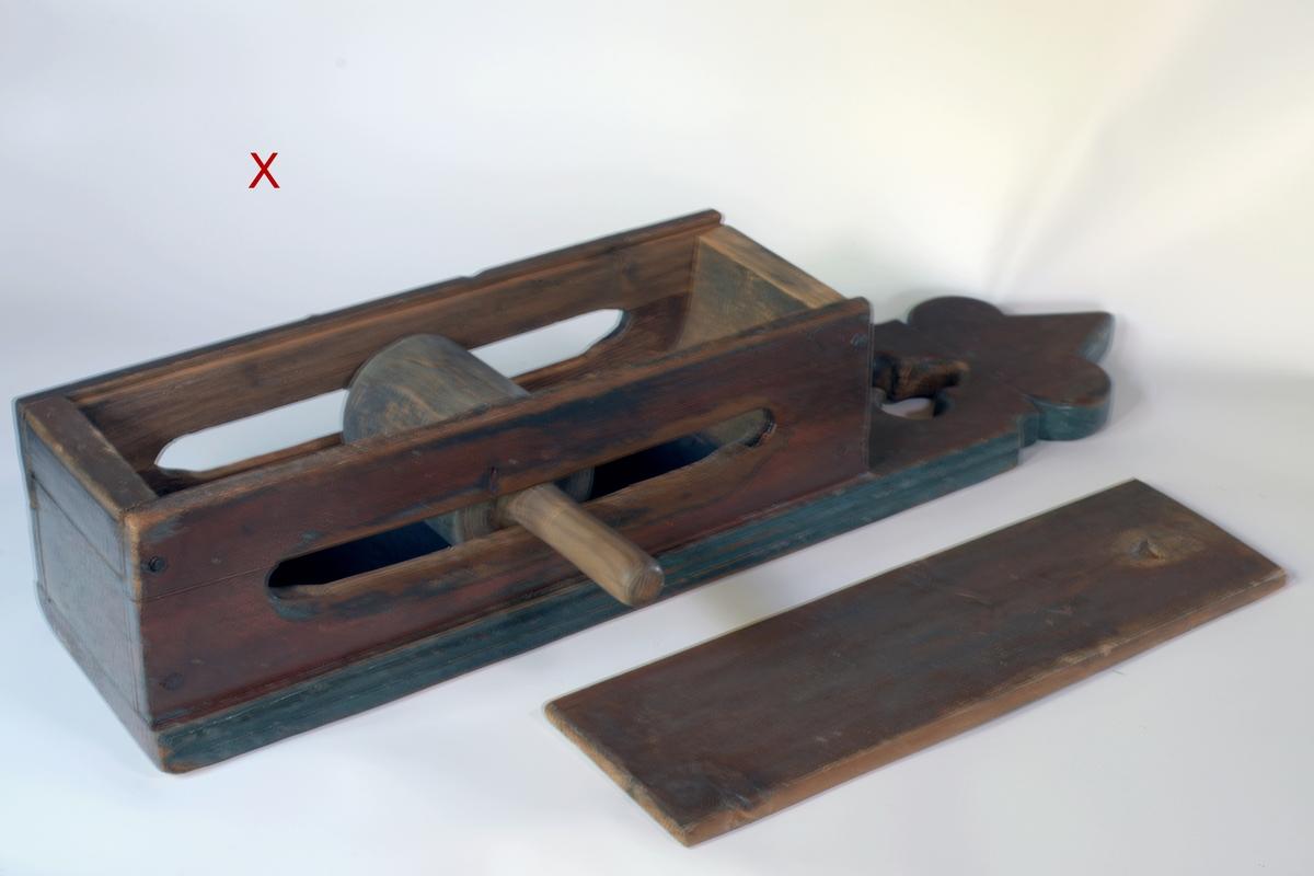 A: Bunn rektangulær, trukket ut på 1 kortside til hank, innvendig i bunnen jernplate, kavle som går i 2 rektangulære åpninger på sidene. B: Rektangulært, flatt, på oversiden fordypning ved 1 kortside.  A: Kafferikke, B: Lokk