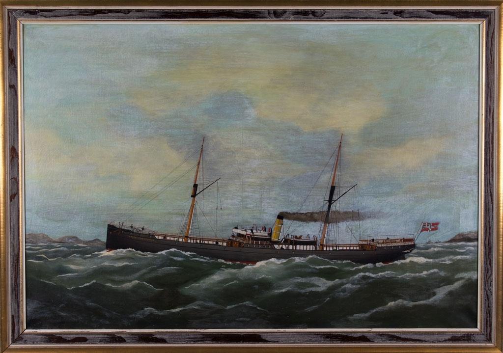 Skipsportrett av DS JACOB CHRISTENSEN under fart med unionsflagg i akter. Ser land i bakgrunn samt to mindre fartøy akter for skipet.
