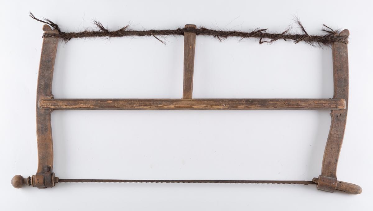 Grindsaga består av en bom med to armer som har øye i nederste del slik at bladet kan stilles i forskjellige vinkler, og feste for snor øverst. Snora spennes med en trepinne, - tunge - som støtter bommen (B,C,D). A mangler snor.