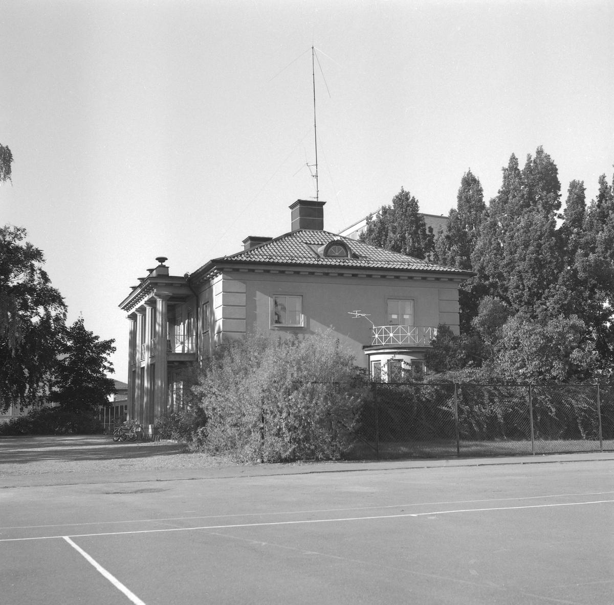 Risbrinksgården i Linköping 1977. Den pampiga fastigheten uppfördes 1923-24 som bostad åt direktör Axel Filip Janzon, som vid tiden drev Risbrinkens handelsträdgård.
