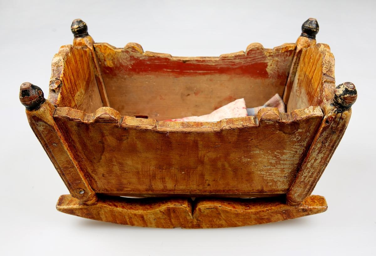 Leketøy Svartmalte knaster på toppen av hver hjørnestolpe. Skåret i buemønster langs kanten oppe.