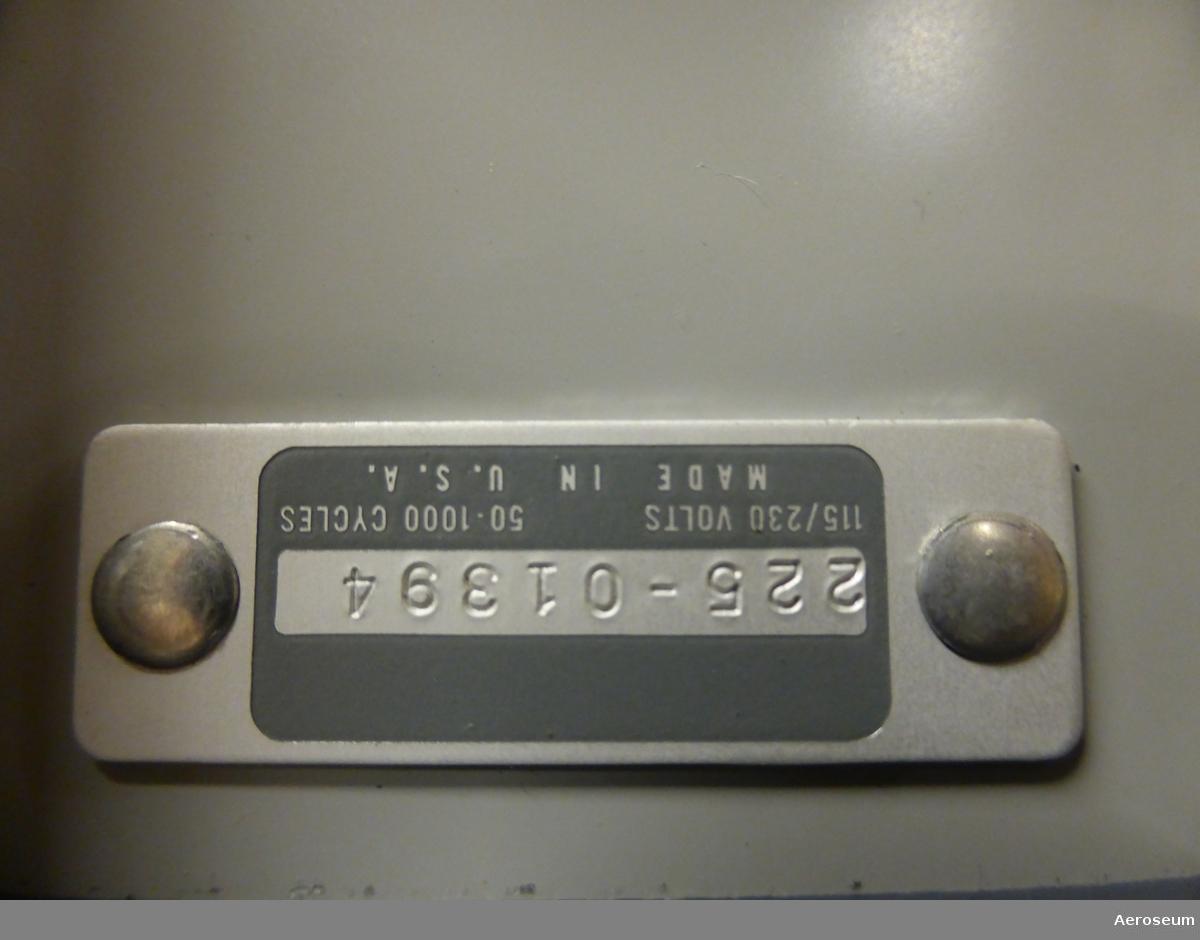 """En voltmeter i grå metall. Tillverkad av Hewlett-Packard Instrument AB. På föremålet är """"12 HKP. DIV TELE"""" inristat, det finns också en tejp där det står: """"12 HKP. DIV I""""."""