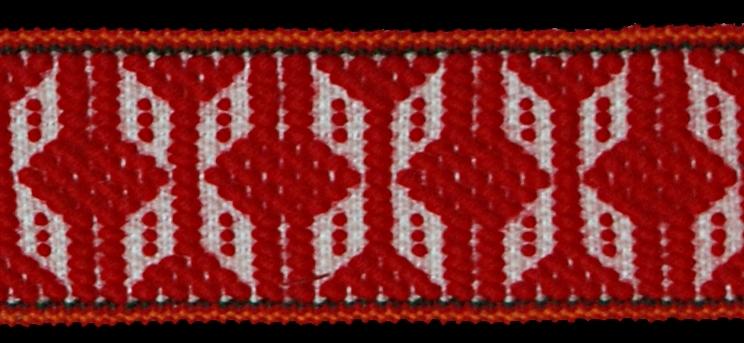 Band. Ullgarn, bomullsgarn, lingarn. Varp: 35 tr/cm Inslag: 15 tr/cm  Varp vitt, grönt, rött och gult lingarn, samt rött ullgarn, inslag 6 tr vitt bomullsgarn, upphämta. Mittpartiet vita, fyrbladiga blomformer, runtom tvärbårder och yttäckande, tuskaftsliknande partier i rött mot vit botten, längs mittpartiets kanter långrandig i följande ordning grön, röd, gul, och röd, stadkanterna vita, ofållat.
