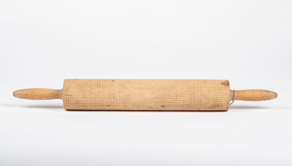 Kjevla er laget fra ett emne. Den har firkantet mønster over hele rulleflaten, slik at baksten får rutemønster. På hver side av rulleflaten er det et avlangt, avrundet og glatt håndtak.