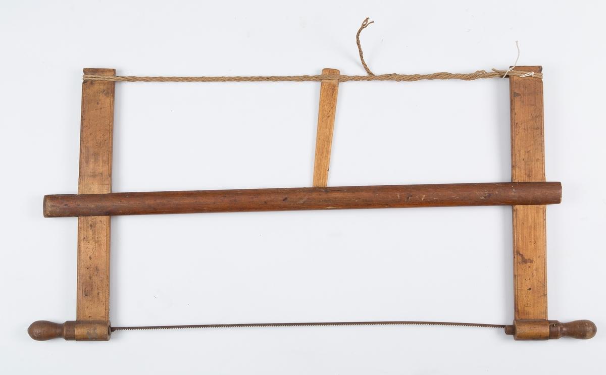 Grindsaga består av en bom med to armer som har øye i nederste del slik at bladet kan stilles i forskjellige vinkler, og feste for snor øverst. Snora spennes med en trepinne, - tunge - som støtter bommen. Tungen er bare en tilffeldi pinne, ikke opphavlig.