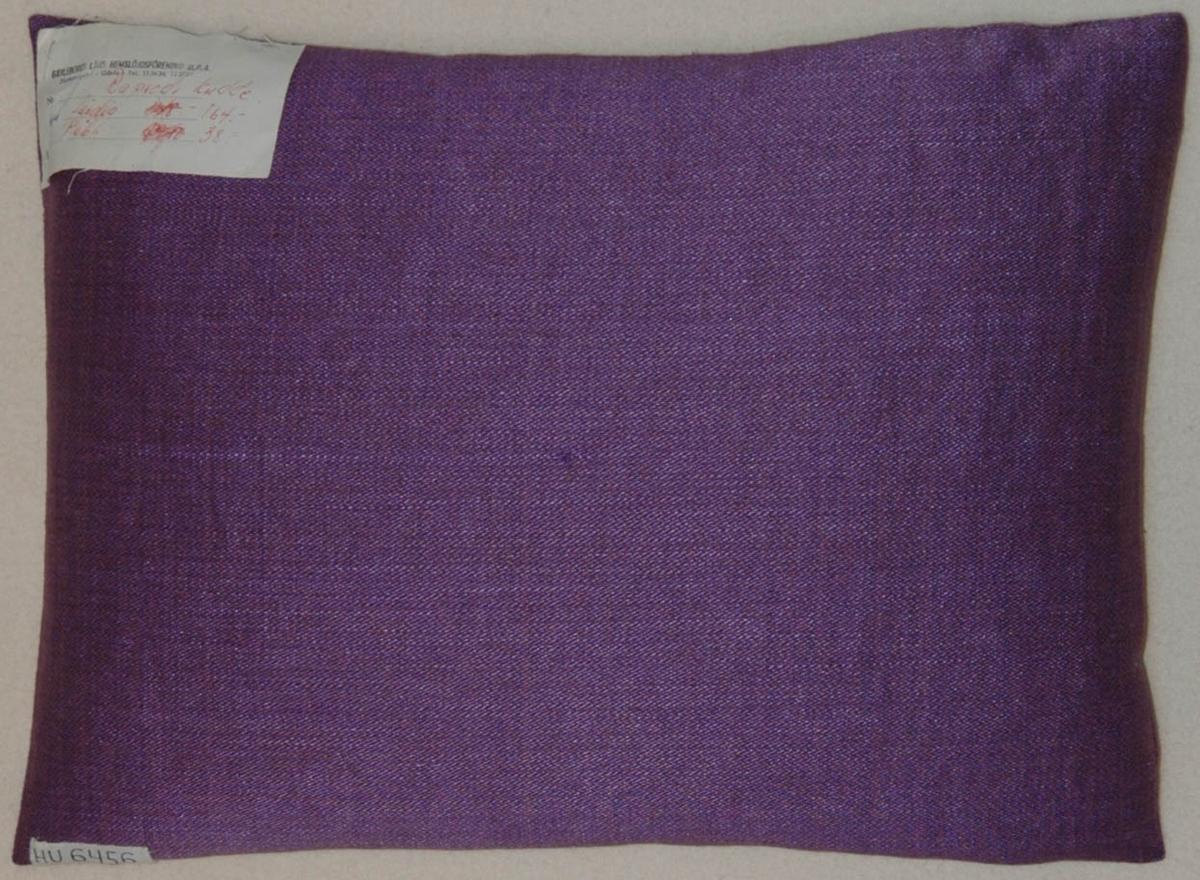 Kudde, violett halvlinneväv, broderier i lingarn med kedjesöm, stiliserat mönster.