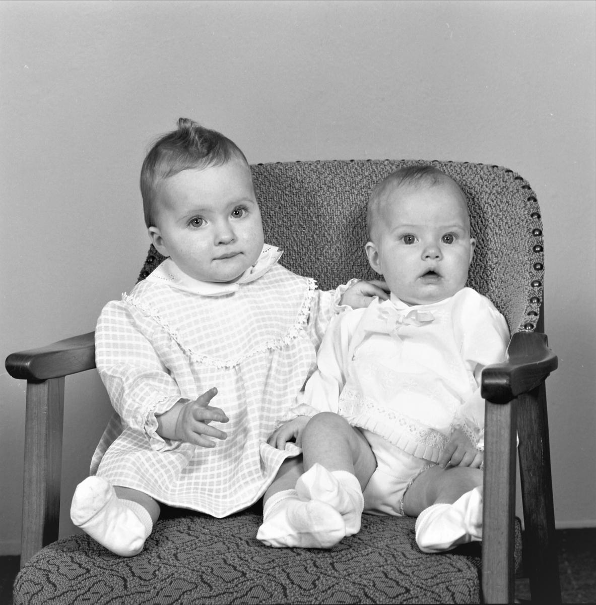 Portrett. Familiegruppe på to. To unge piker. Bestilt av Harald Mindal. Tveit. Sveio