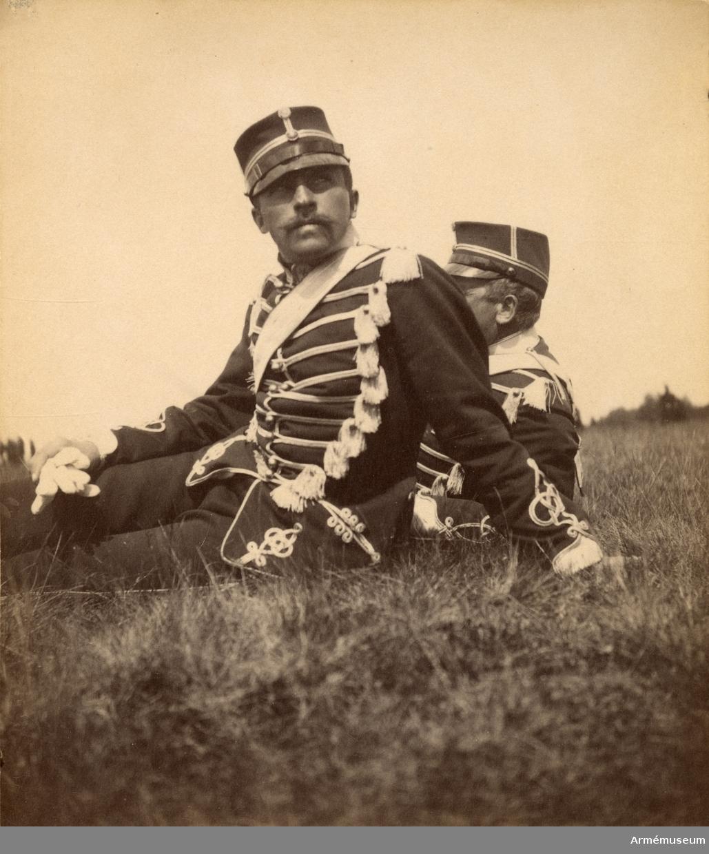 Fotosamling innehållande bilder från 1890-talet föreställande soldatliv hos Livregementets husarkår.