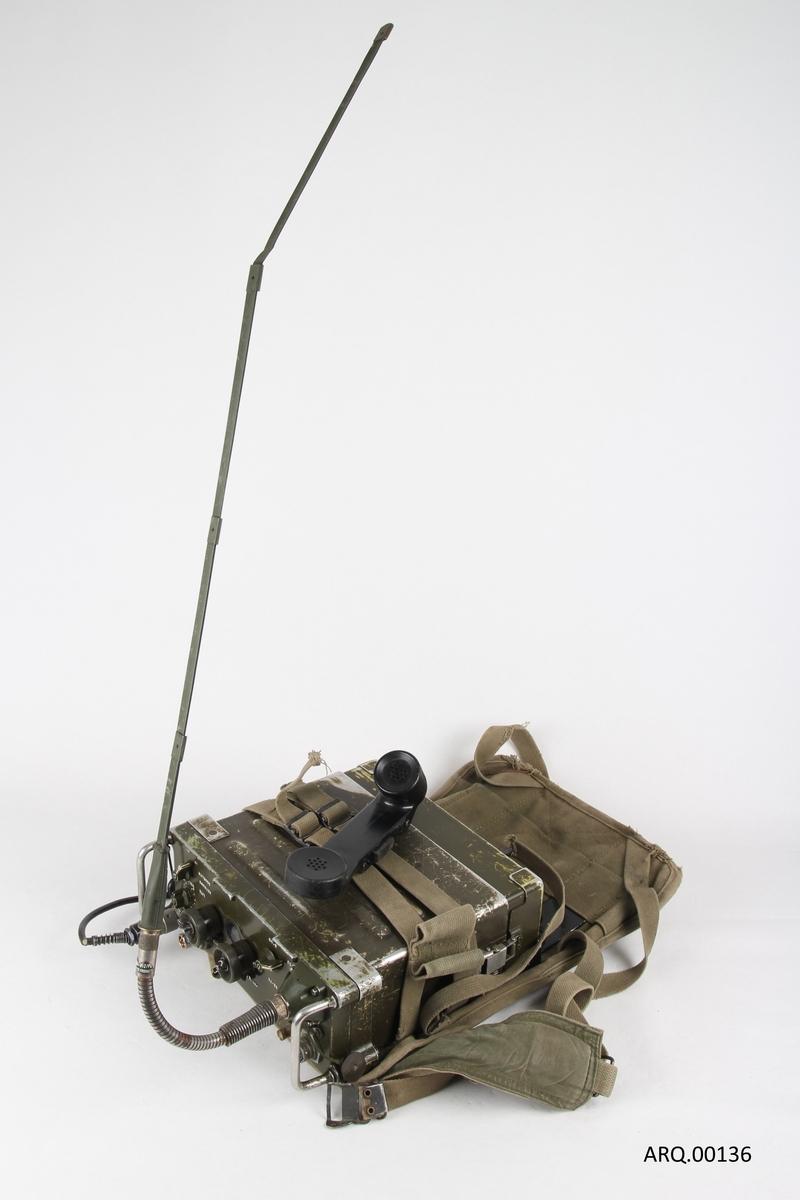 kommunikasjonsradio med telefonrør og ryggsekk. Amerikansk radio benyttet i Vietnamkrigen. Kom i tjeneste fra 1968.  Benyttet av det Norske Forsvaret. Rekkevidde ca. 8 kilometer.