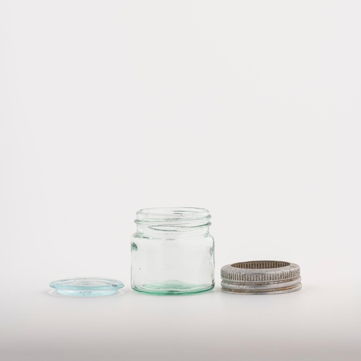 Glasset har rund grunnflate. Lokket er i glass og legges løst oppå. Lokket festes til bunnen med en metallring som skrus fast.