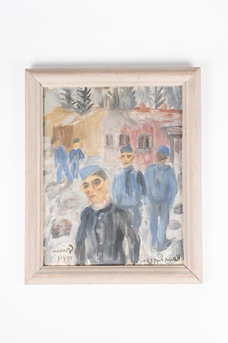 Motivet viser fem mannlige fanger i uniform, som står på en plass utenfor brakkene i Grini fangeleir.