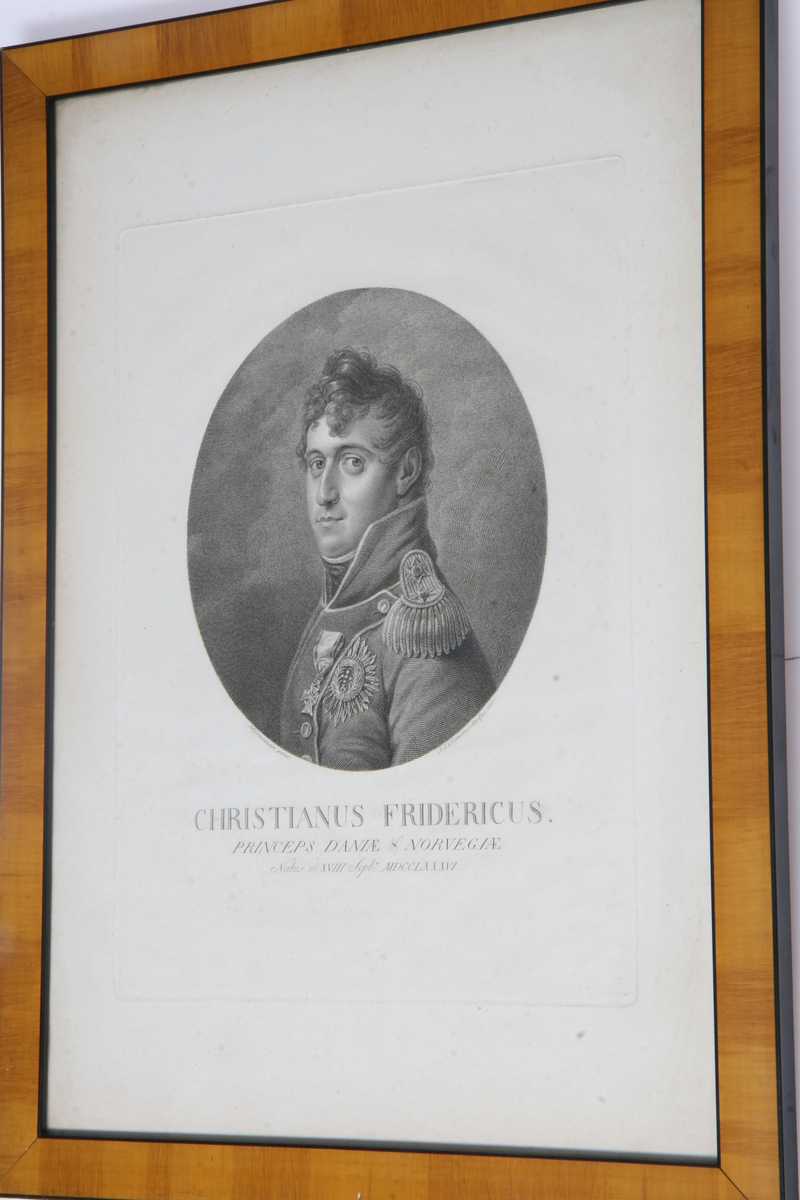 Glass, brun og sort ramme, ovalt portrett av prins Christian Fredrik. Signert av personen 1832.