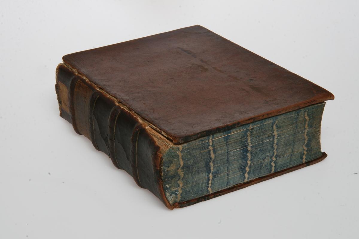 """Innbundet i skinn med gulltrykk. """"Kong Christian den Syvendes allernaadigste Forordninger og Aabne Breve"""" 1792-1795. København u.å."""