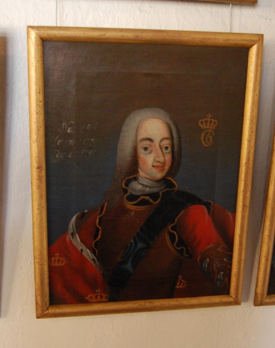 Portrett av Christian VI. Olje på lerret. Halvfigur i kvart profil mot venstre. Hodet i halv profil mot høyre. Rød kappe med gullkroner over høyre arm, mørk brun harnisk.