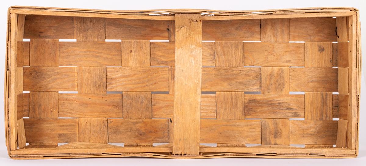 """Korg. Av träspån. Rektangulär form. Stämpel på sidan. """"OTE AB- SWEDEN"""""""
