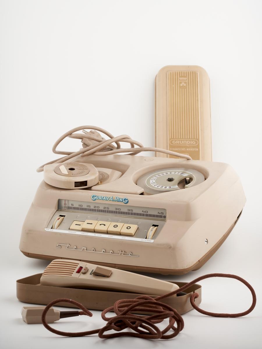 Diktafon med navnet Stenorette. Det er mulig å koble til en mikrofon som ligger i egen eske. Brukt til å ta opp lyd. Det er to spoler med magnetbånd på oversiden.  Er sansynelig blitt solgt av frimaet til Gustav Alfred Ring. Firmaet ble etablerte i Kristiania i 1915 og drev import og salg av maskiner til butikker, restauranter og kontorer.  NAV-samlingen er en gruppe av gjenstander som har vært anvendt på sosialkontoret (Aetat - NAV) i Skedsmo kommune.