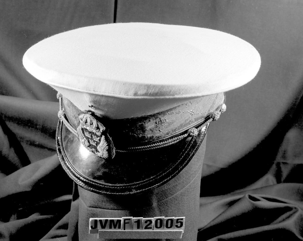 Skärmmössa med vitt sommarkapell storlek 5. 35 mm högrött jaquardvävt silkesband. Broderat mössmärke.