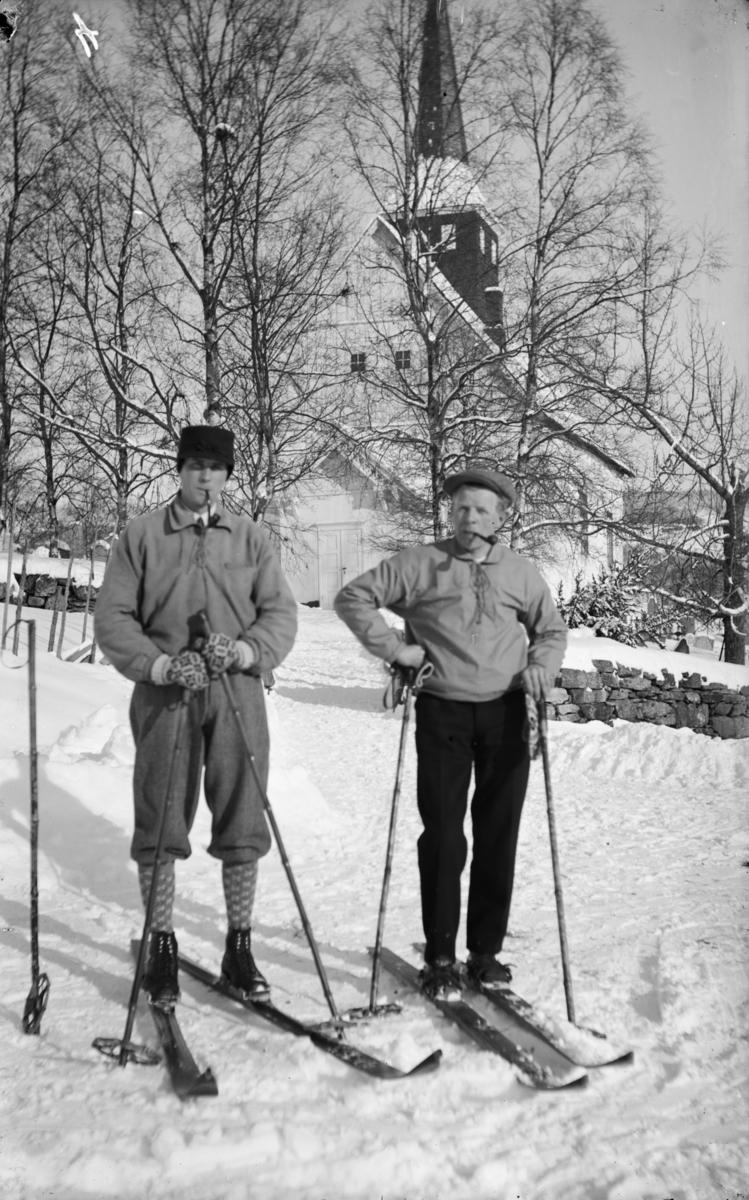 Follebu kirke. I forgrunnen Halvard Skogvang og Inge Wegård på ski.