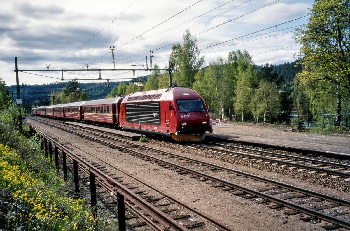 Elektrisk lokomotiv El 18 2257 persontog (sykkeltoget) på Stryken stasjon