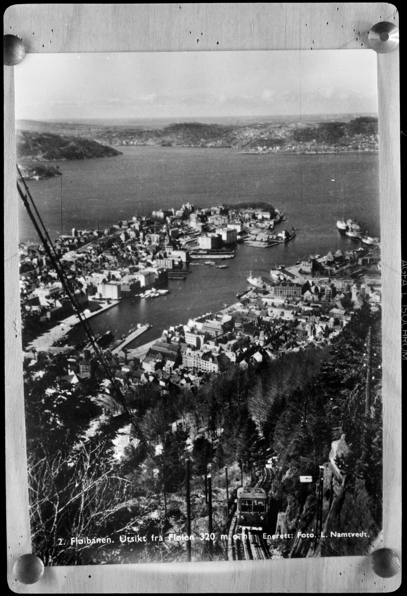 Vy över Bergen i Norge med Bergen Sporvei Aktieselskabet, BS spårvagn på Fløibanen längst ner till höger i bild. Bilden är tagen från Fløten.