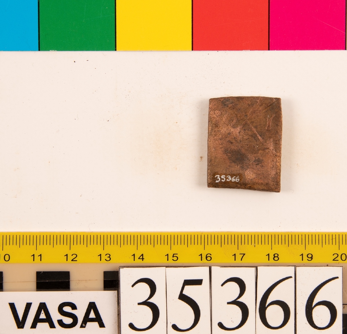 1 öre Fyrkantigt mynt. Åtsidan: tre kronor placerade i V-form, delvis synliga. Versalerna G A R delvis synliga och placerade i upp och nedvänd V-form med G till vänster, A ovanför och R till höger om kronorna. Det fyrsiffriga präglingsåret - längst ner på myntet - är delvis oläsligt, 162 -? Ocentrerad prägling. Frånsidan: två korsade pilar under en krona. Till vänster om pilarna siffran 1. Ocentrerad prägling. Ram delvis synlig. Nuvarande skick: bägge sidor slitna. Vikt: 23,0 gram.  Text in English: Square-shaped coin. Denomination: 1 öre. The obverse side has three crowns spaced in a V-shape, partly legible. The initials G A R, which appear in capital letters, are placed in a triangular formation, faintly legible, with G placed to the left, A above and R to the right of the crowns. The four digit year of coinage, is placed beneath the crowns and the initials. The date is only partly legible. The coin stamp is off-centre. The reverse side has two crossed arrows beneath a crown, partly legible. To the left of the arrows is the numeral 1. The coin stamp is off-centre. The frame is partly visible. Present condition: both sides are worn. Weight: 23,0 gram.