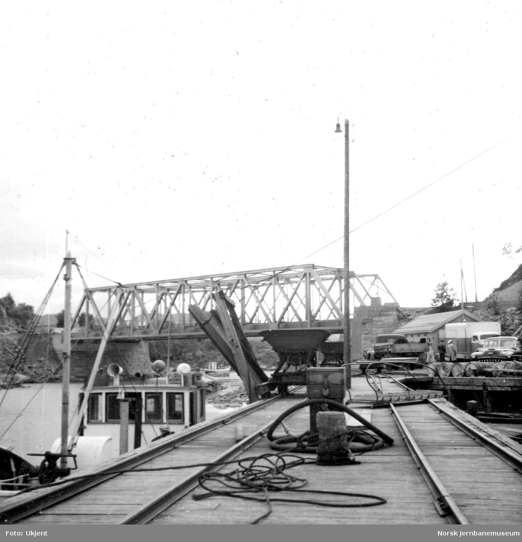 Motorbåten NYGUTTEN ved kai på Finneid. I bakgrunnen Finneidstrømmen bru på Nordlandsbanen