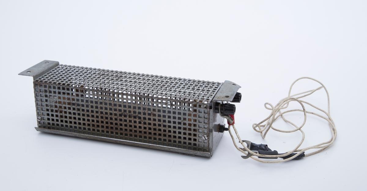 Jordfeilsøker i koffert. A:Jordfeilsøker montert i stålkasse. B: Antakelig transformator, mrk. NORATEL OSLO C: Koffert. A oppskrapet, ellers bra.