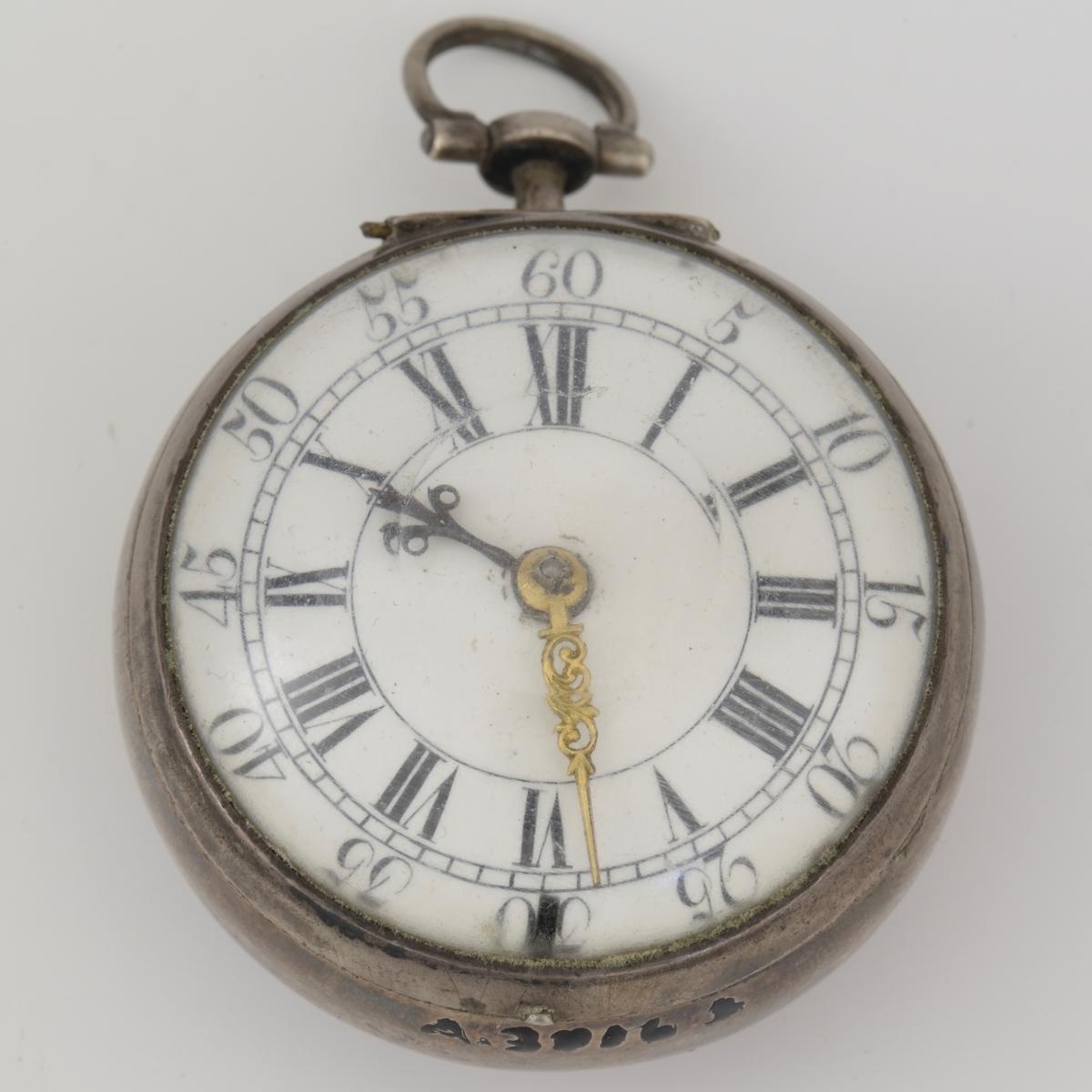 Uret har tallskive med romertall og vanlige tall utenfor for minutter, ingen sekund- viser.