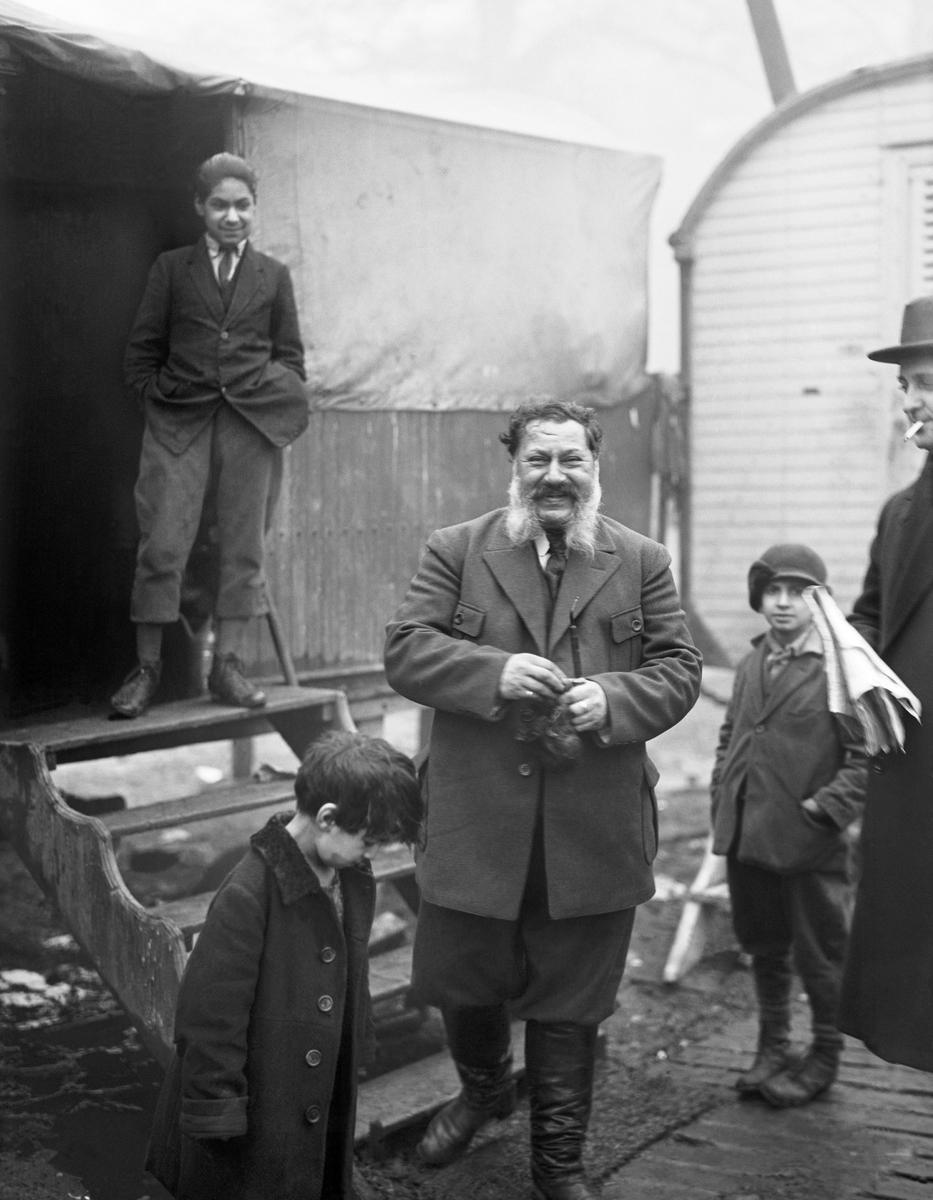 Vintern 1926 eller 1927 hade en grupp svenska romer slagit sig ned i Gröndal i Södra Stockholm. Detta är den äldsta lägerplatsen som finns dokumenterad och dess exakta lokalisering är inte känd. Lägret i Gröndal finns dokumenterat genom fotografen Bertil Norberg. På hans bilder syns vagnar kring en gårdsplan med ett tält i mitten, samt män som arbetar med förtenning.