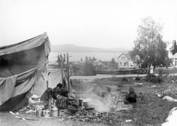 Här syns ett romskt sällskap som slagit läger i en grässlänt