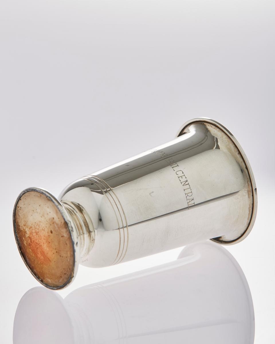 Pokal med stett i sølv, har inskripsjoner.