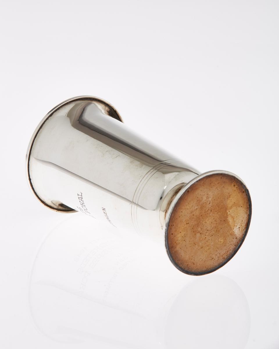 Pokal i sølv, med stett og innskripsjoner.