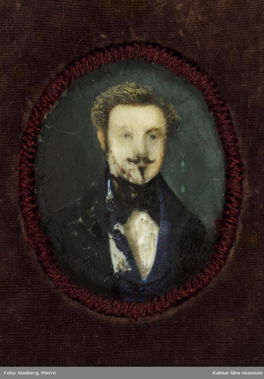 Porträtt, självporträtt av Sven Gustaf Lindblom, fanjunkare, ritlärare och konstnär. Litet porträtt i oval. Man med lockigt bakåtkammat hår, mustaschprydd och med smalt pipskägg.
