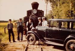 Togpersonalet foran damplokomotiv type XXVIII nr. 4 SETSKOGE